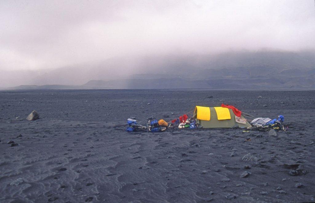 Le camp de la soif au bord du lac Dyngjuvatn