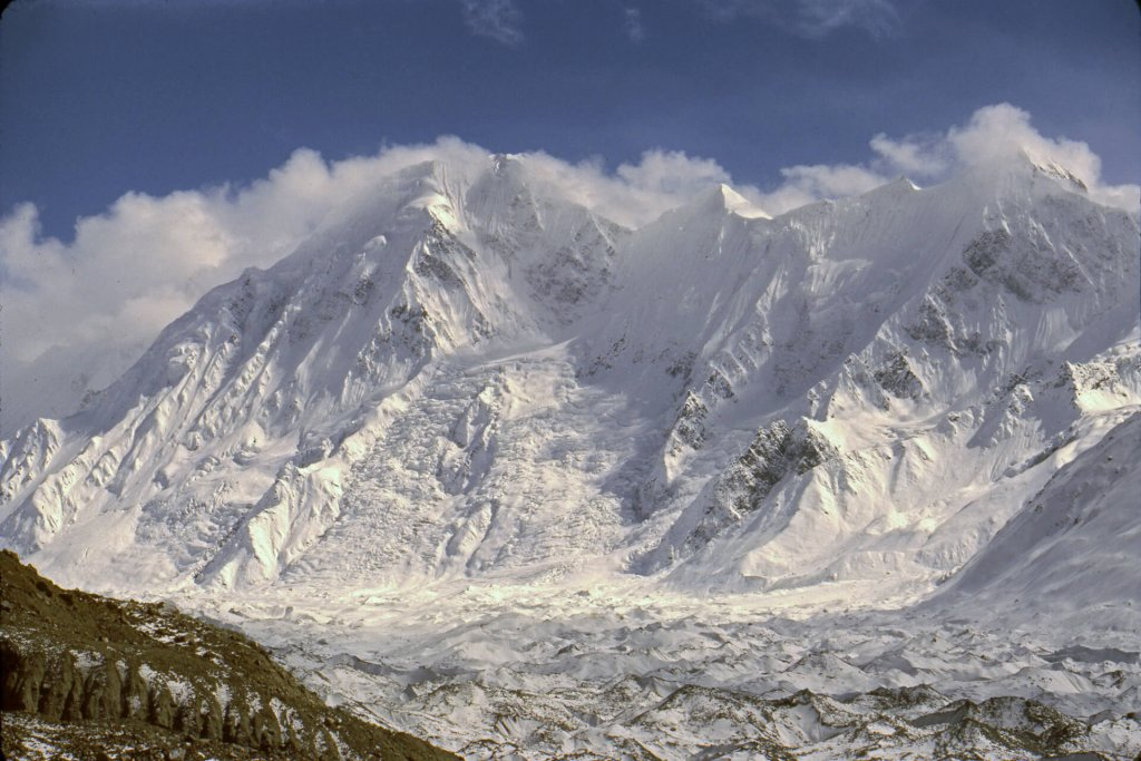 Le glacier d'Hispar vers 4000m d'altitude. Au fond, les sommets bordant la rive gauche du glacier. Avril 1987.