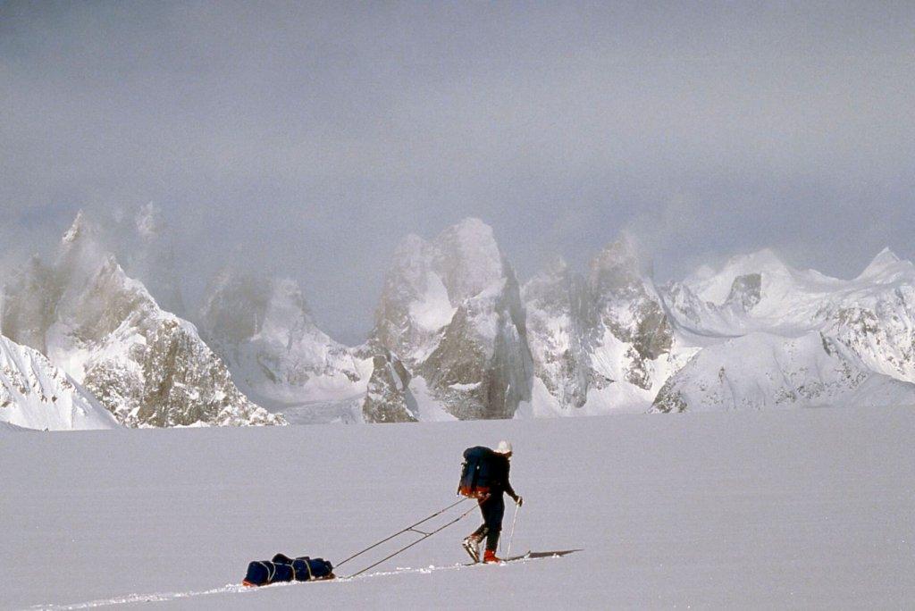 Sur le Snow Lake. Au fond, les tours rocheuses de la rive droite du glacier de Biafo. Avril 1990.