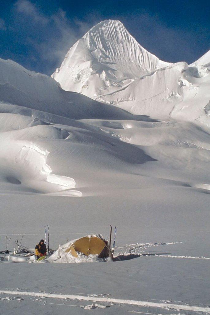 Camp sur le glacier de Nobande Sobande. Au fond, le sommet du Biacherahi. Avril 1990.