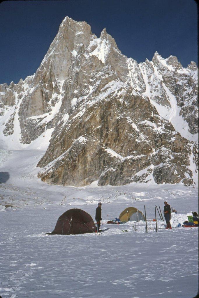 Camp sur le glacier de Biafo. Avril 1990.