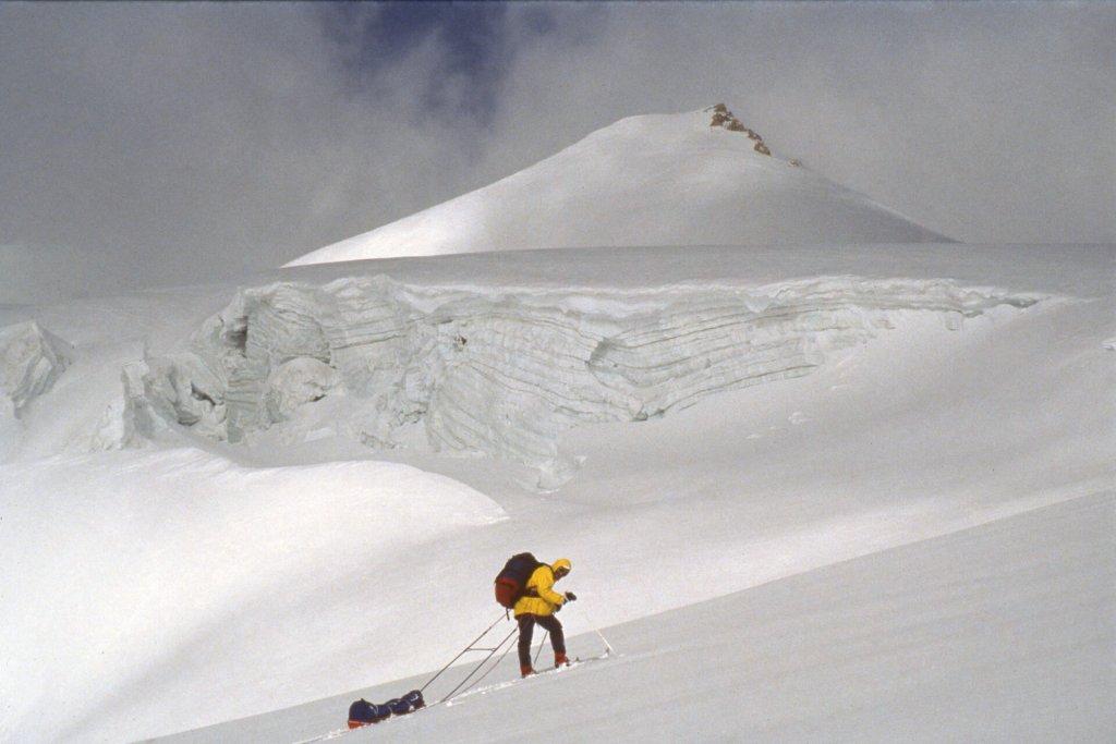 Marc arrive au sommet du col ouest de Mustagh. Avril 1990.