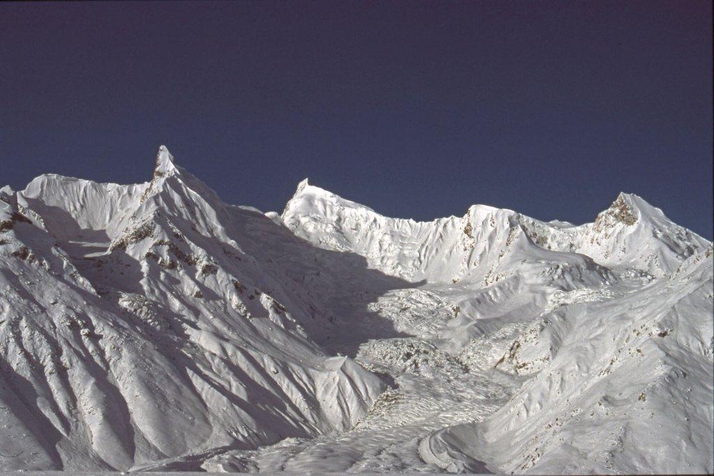 Sommets glaciaires sans nom sur le rive droite du glacier de Biafo. Avril 1990.