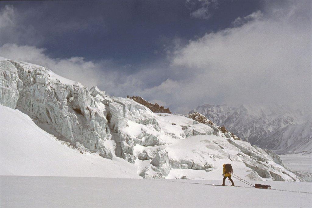 Descente du glacier de Sarpo Laggo. Avril 1990.