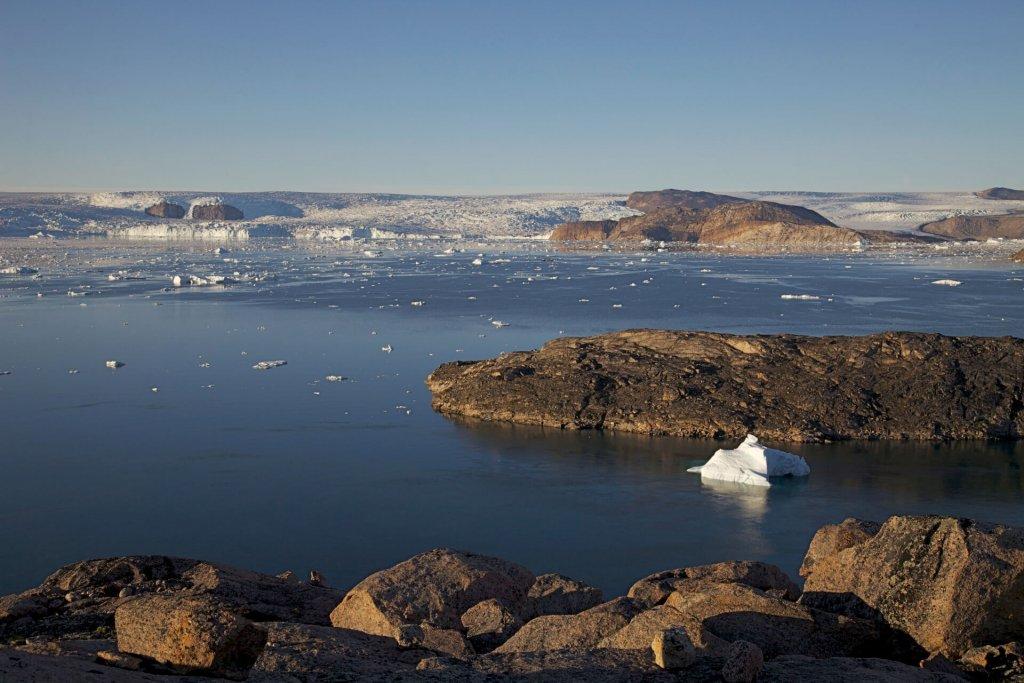 L'Ussing Isfjord et le front de la calotte de glace vus d'un belvédère au-dessus du camp 10 le 6 août 2012.