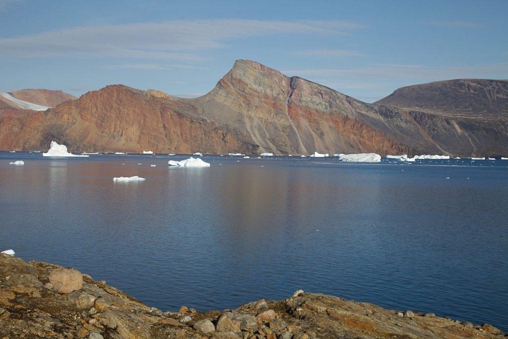 Le versant sud de l'île Holmø vu du camp 15, dit camp du soleil, le 16 août 2012.