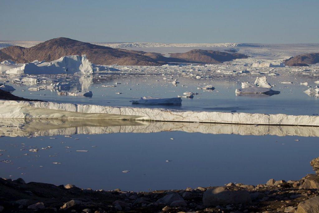 Vue sur la calotte depuis l'île Hovgard Kystland, au-dessus du camp 21, le 23 août 2012.