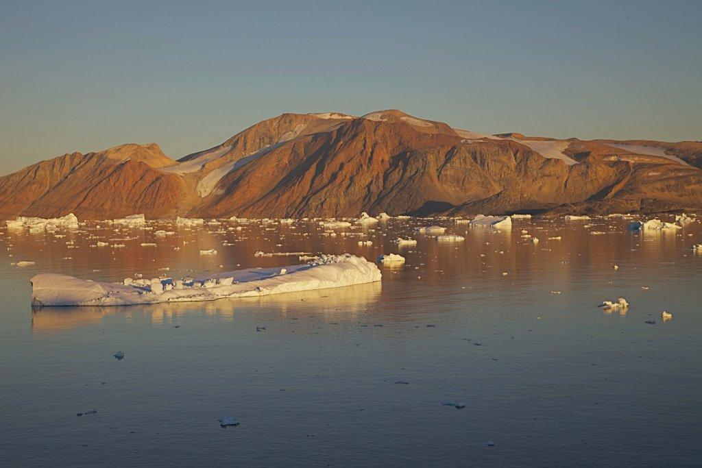 Vue depuis le village de Kullorsuaq sur l'île Sarqardler dans la soirée du 27 août 2012.