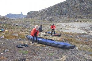 Le montage des kayaks au camp 1 - 19 juillet 2014.