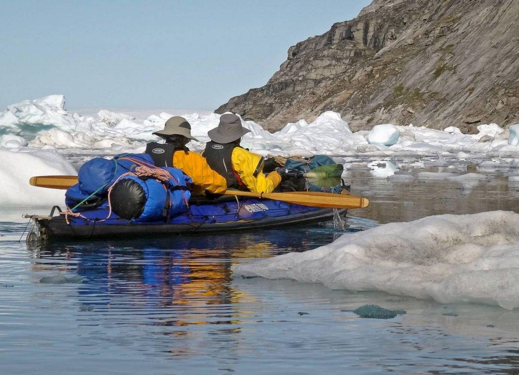 Béatrice et Marc naviguent entre les camps 8 et 9, le long de la côte de la presqu'île Tugtuligssuaq - 3 août 2014. .