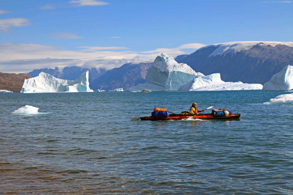 Philippe navigue dans le Harefjord le 21 août 2010. Au fond, l'île de Storo et l'entrée de l'Ofjord.
