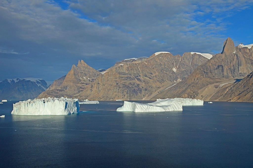 La Cathédrale (àG) et la Forteresse (àD) dominant l'Ofjord vus depuis le camp 19 le 30 août 2010.