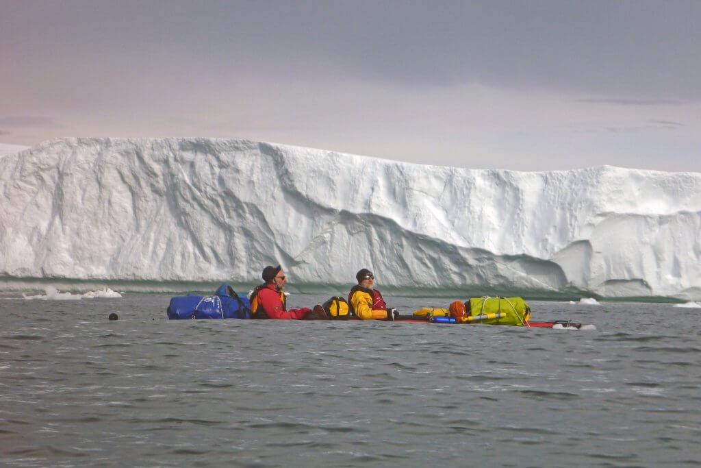 Jean-Marc et Philippe naviguent dans la houle entre les camps 12 et 13 le 15 août 2014.