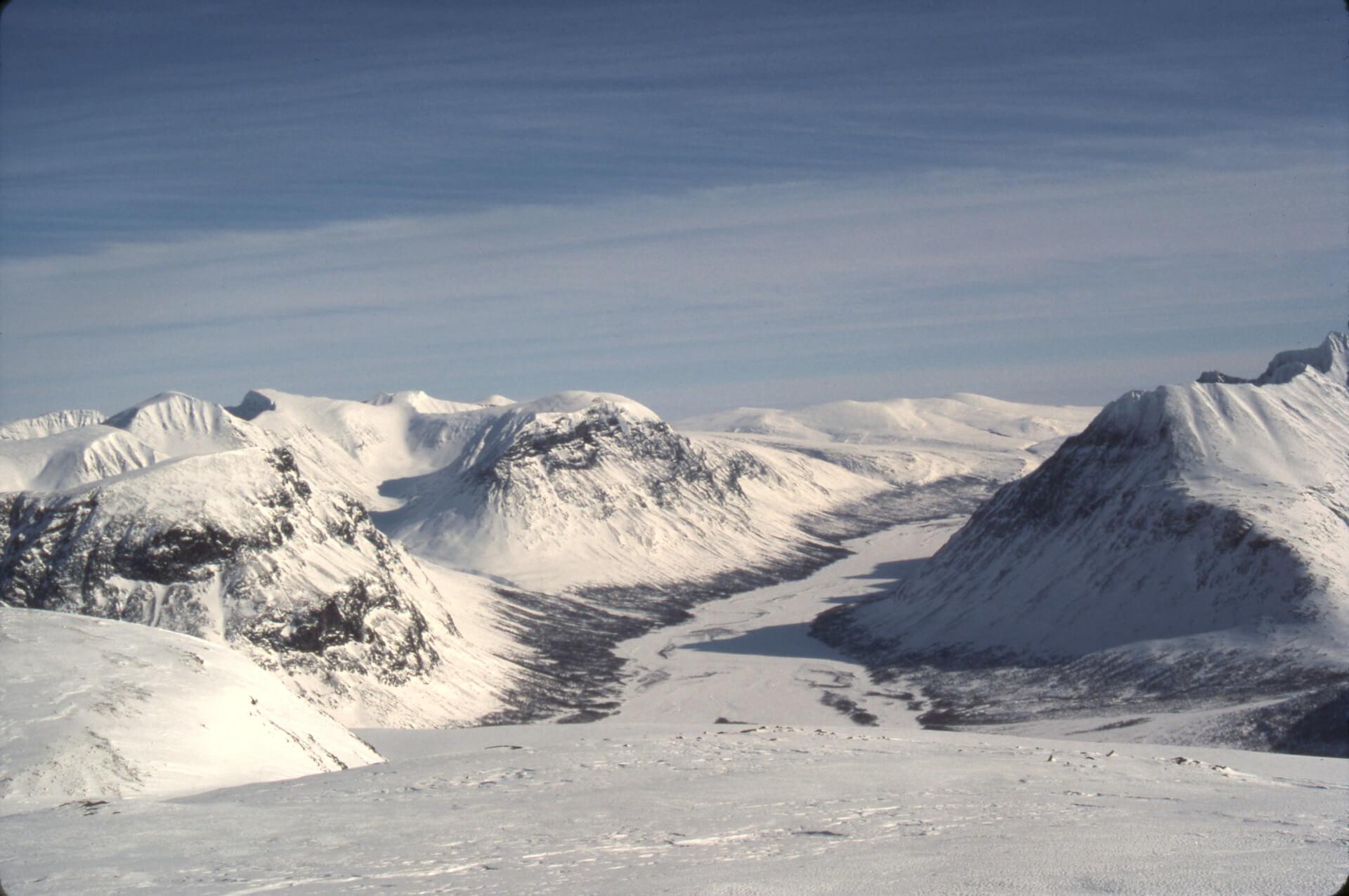 Vue sur la vallée de Rapa (Rapadalen) depuis le haut plateau de Luotto (Luottolako). 3 avril 1989.