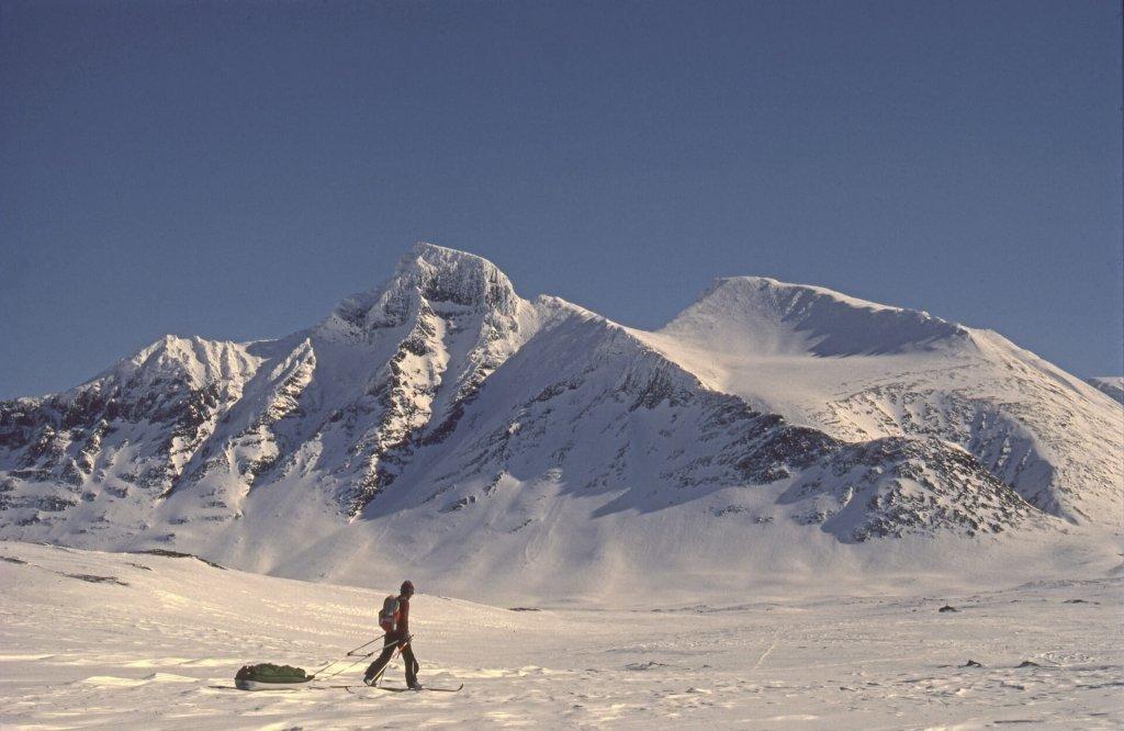 Sur le lac de Pierik. Au fond, le Pierikpakte et le massif de l'Apar. 4 avril 1989.