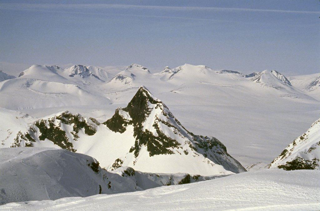 Vue depuis le sommet du Partetjakka sur le plateau de Luottolako. 14 avril 1993.