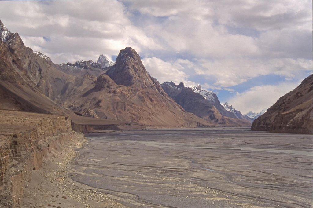 La vallée de la Shaksgam au pied du col d'Aghil, vue vers l'amont. 16 septembre 1993.