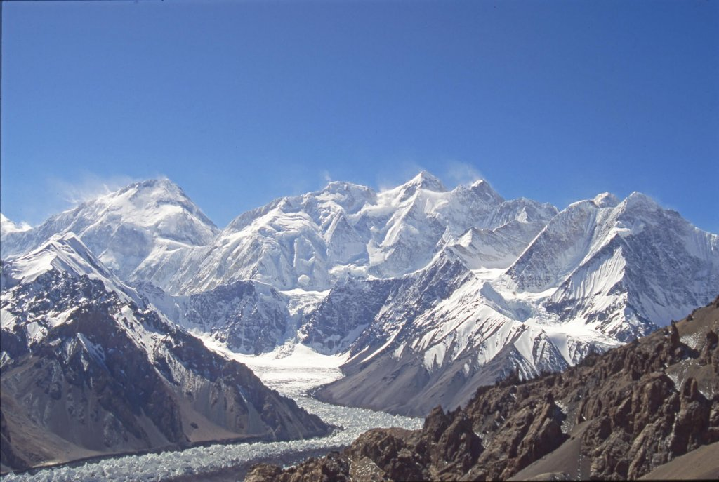 Le versant Nord des Gasherbrum. De G à D: Hidden Peak (G1, 8068m)), Gasherbrum 2 (8035m) et 3 (7952m). 5 octobre 1993. A droite, hors photo, le Broad Peak (8047m) et le K2 (8610m).