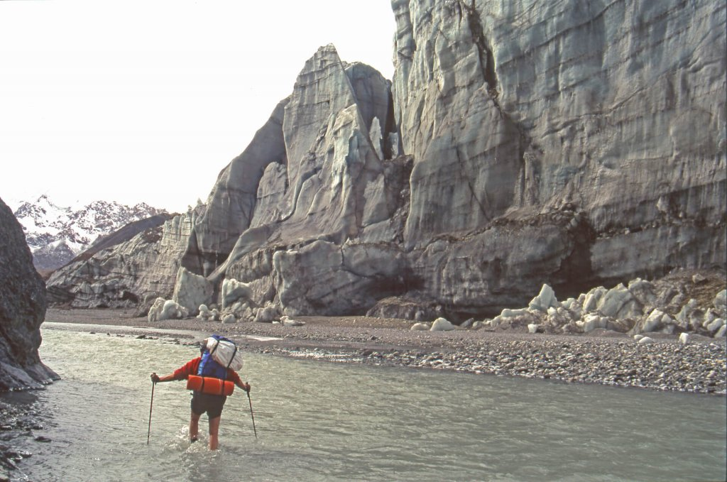 Vue vers l'amont dans le Détroit de la Shaksgam. A droite, le front du glacier d'Urdok tombe dans la rivière. 10 octobre 1993.
