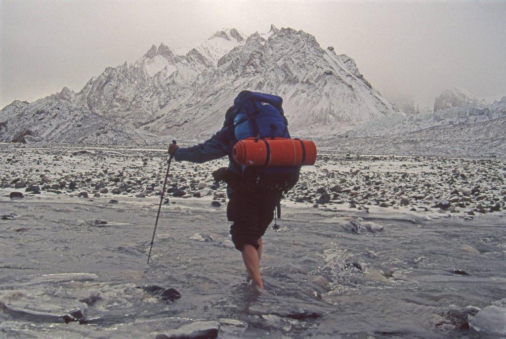 Traversée à gué de la haute Shaksgam vers 4400m, sous les premières neiges d'octobre. 11 octobre 1993.