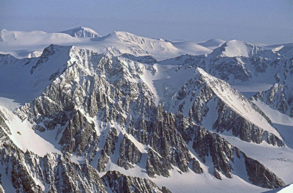 Vue depuis le sommet du Mont Général Perrier. Au fond, à G, le Mont Newton. 2 avril 1985.