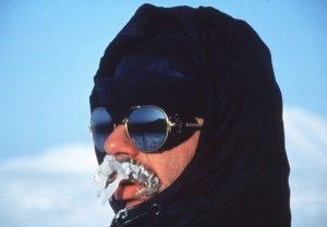 La moustache n'est pas adaptée aux voyages polaires. Henri, 2 avril 1985.