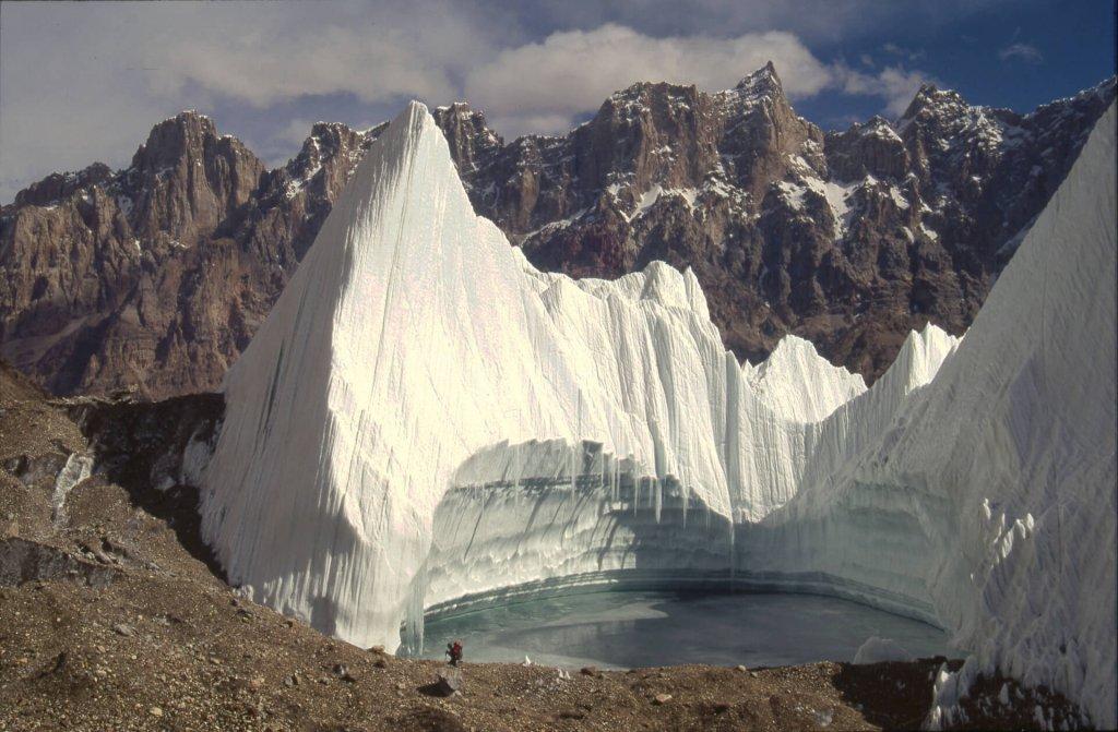 Grand pénitent sur le glacier des Gasherbrum. Le personnage au bord de l'eau, à G ,donne l'échelle. 8 octobre 1993.