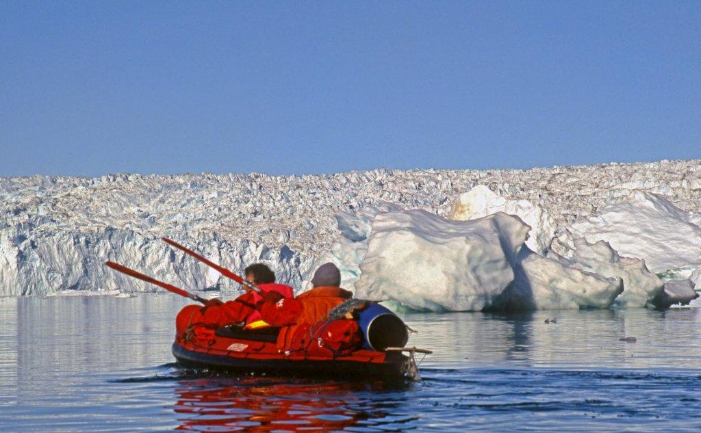 Ariane et Michele pagaient face à la calotte de glace entre les camps 10 et 11 le 10 août 2007.
