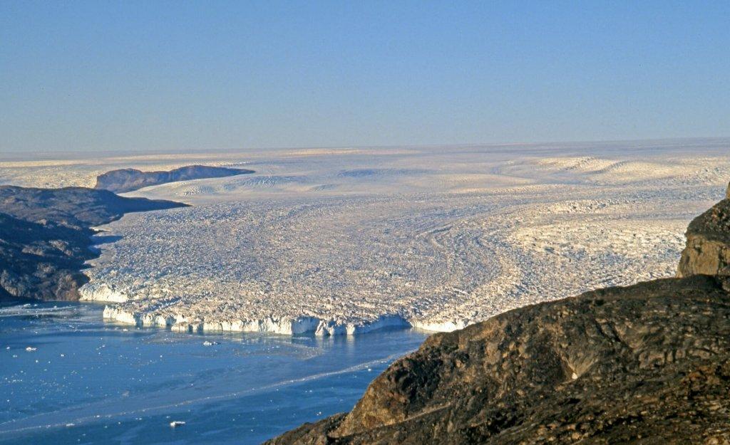 Le glacier Alangorssûp Sermia se jette dans la mer. Vue depuis l'île Qagsserssuaq le 13 août 2007.