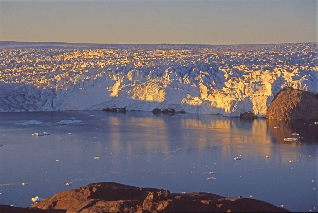 Le front de la calotte de glace vu de la balade au-dessus du camp 9. Nuit du 8 au 9 août 2007.