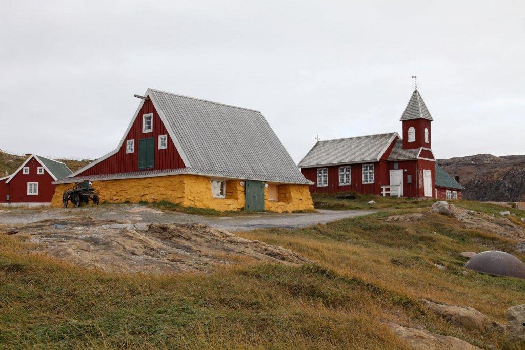 Upernavik. La vieille église (à D) et une des anciennes maisons (à G) transformée en petit musée de l'histoire du village.