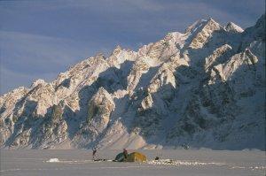 Camp sur le fjord au pied du versant nord de l'île Upernivik. 1er mai 1991.