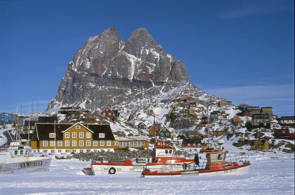 Le village d'Uummannaq et son port bloqué par la glace. 9 mai 1991.