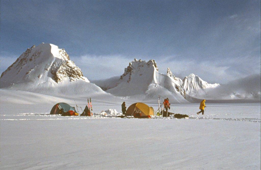 Camp sur le plateau central de l'île Upernivik. 17 avril 1991.