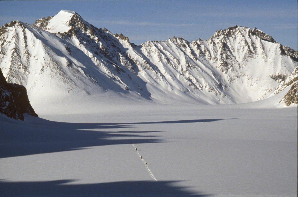 Descente du col de Qioqe vers le glacier central de l'île Upernivik. 15 avril 1991.