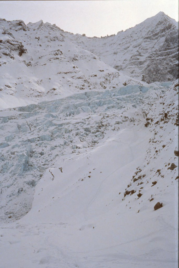 Pente terminale du glacier du Synclinal vue du fjord. 20 avril 1991.