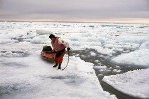 Paule a choisi de tirer son kayak sur la glace.
