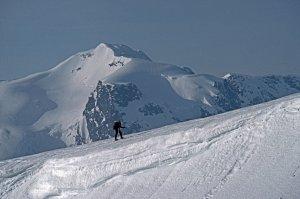 Marc sur le plateau du Jiekkevarri. Au fond, le Fugldalsfjellet. 15 avril 1989.