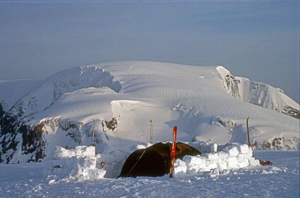Le camp 5 sur le plateau sommital du Jiekkevarri au matin du 16 avril 1989.