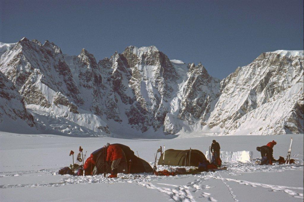 Camp sur le glacier de Ber. Au fond, la muraille de Bertinde et ses 1600m de hauteur - 1ér Mai 1984.