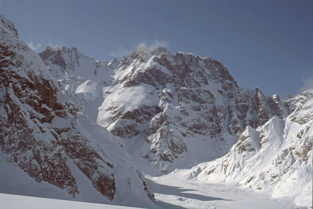 Le massif d'Attilaborgen domine la rive gauche du glacier de Sefströms - 18 Avril 1984.