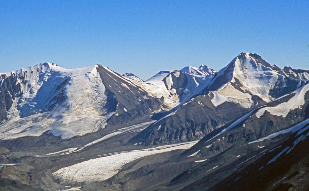 Le fond de la vallée de Nerdlerit et le glacier descendant de la Snepyramide.