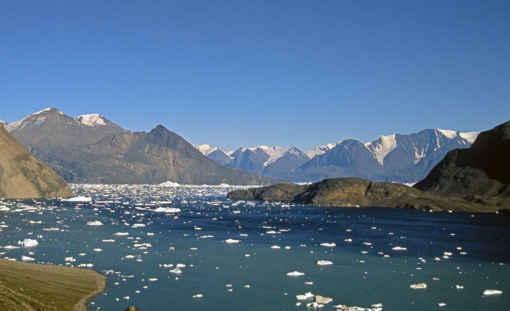 Dans le détroit de Nugâtsiaup. Au fond à G, côte d'Umiamako, à D, côte nord de la péninsule Akuliaruseq