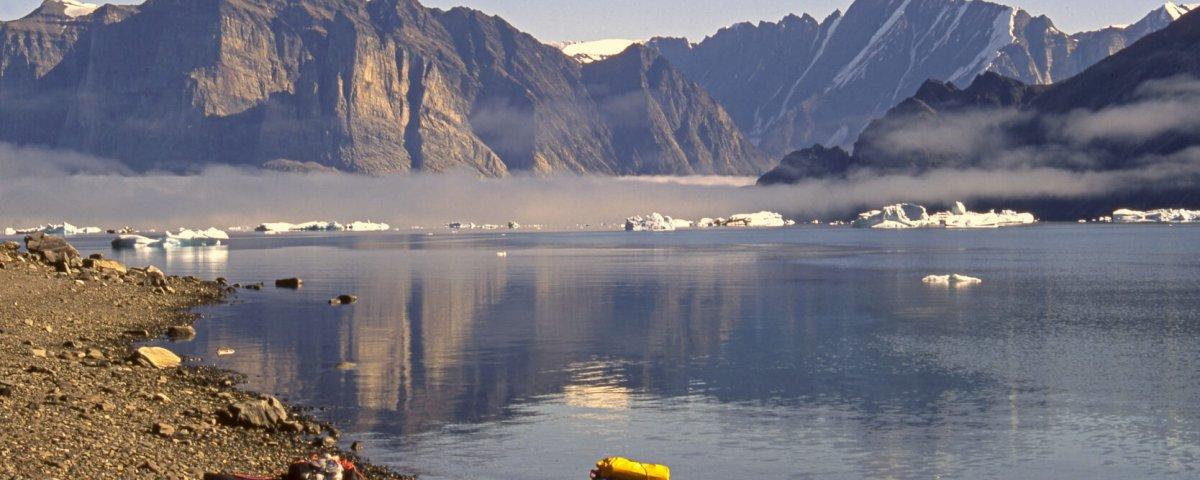 Péninsule de Qioqe vue de l'ouest. Au fond, à D, péninsule Alfred Wegener et détroit d'Inukavsait