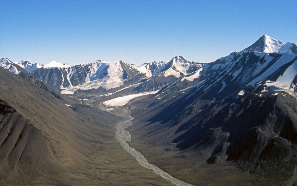 La vallée de Nerdlerit. Au fond à D, la Snepyramide.