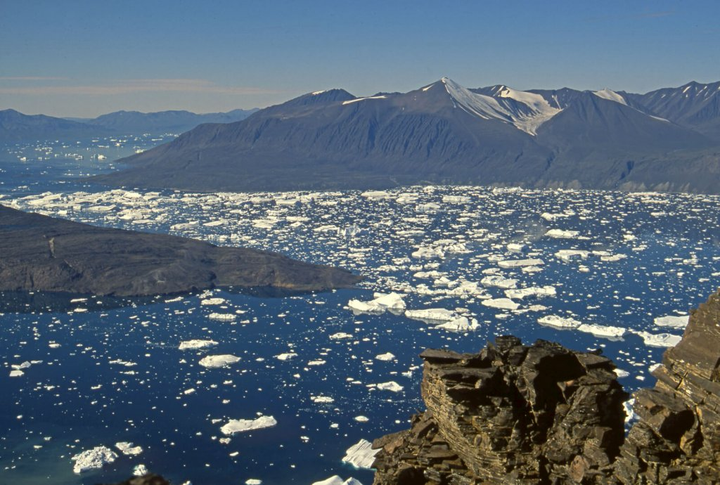 Au 1er plan, détroit de Nugâtsiaup et Karrat Isfjord vu de l'ouest. Au fond, côte d'Umiamako. Le glacier Umiamako est au fond à G