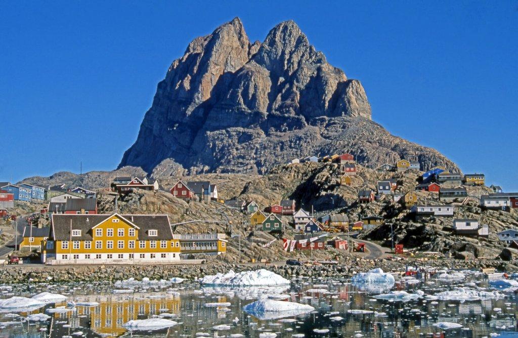 Le village d'Uummannaq dominé par une aiguille rocheuse de 1200m de hauteur.