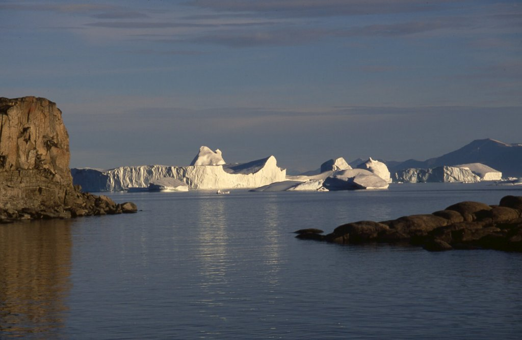 Lumières sur les icebergs devant le village de Nugatsiaq.
