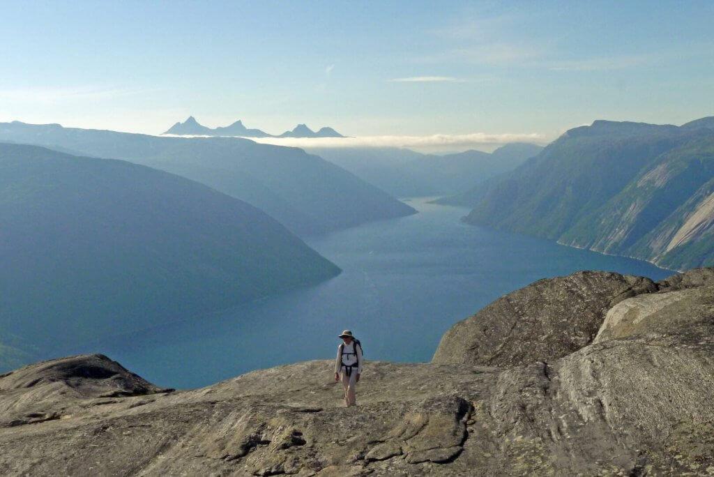 Béatrice au sommet du Gallotjahkka (708m) dominant le Tysfjord le 25 juillet 2016.