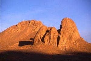Lever de soleil sur le sommet de la Tahat